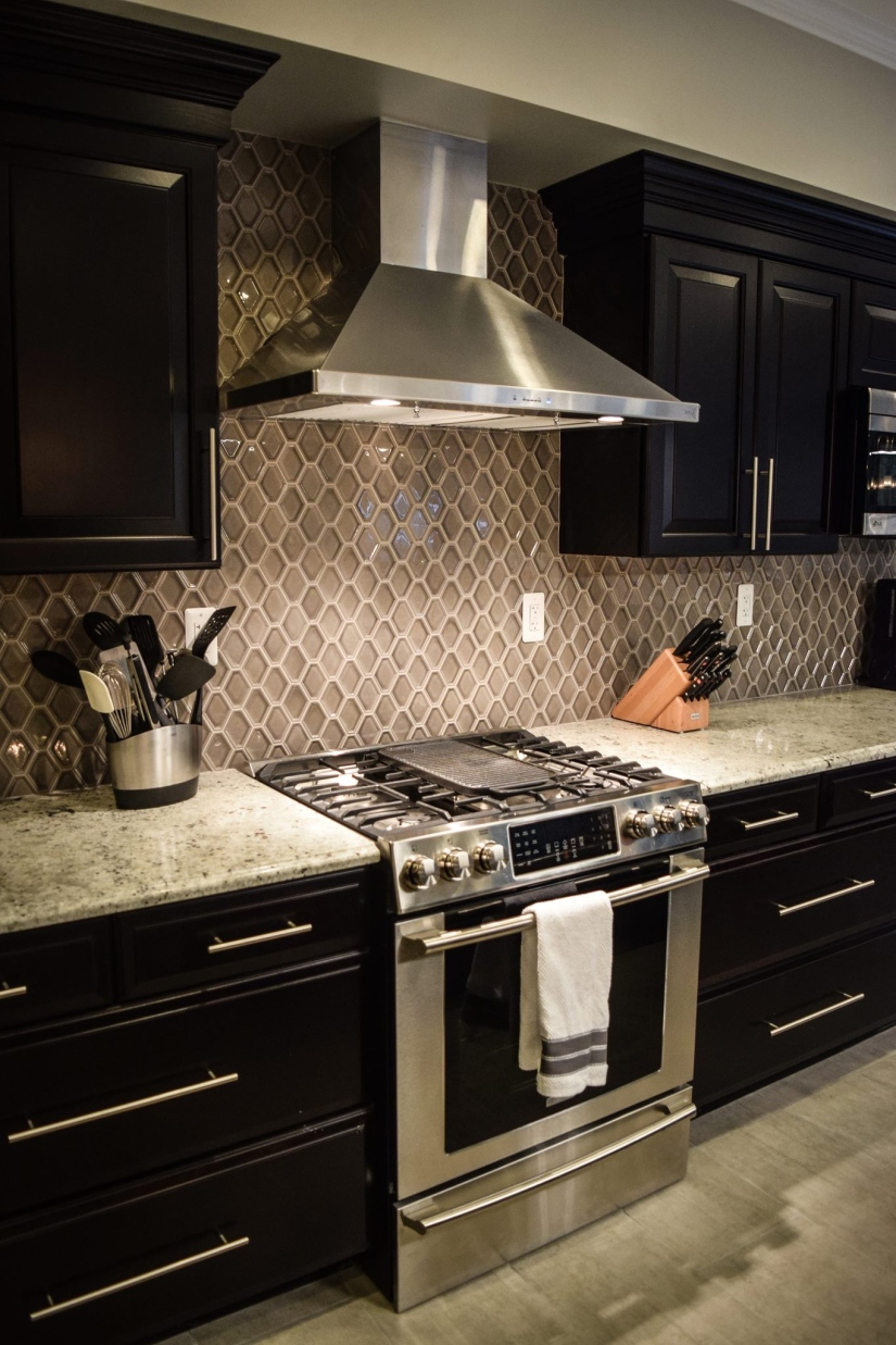 stove-and-backsplash